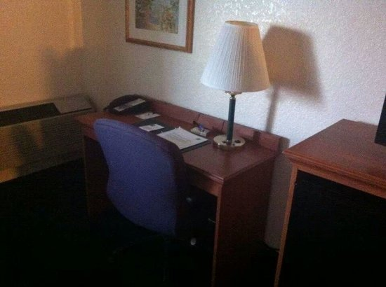 Quality Inn & Suites: desk in room