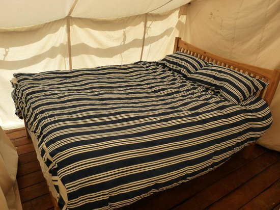 Safari Glamping: Double bed with feather duvet and pillow as well as cotton sheets