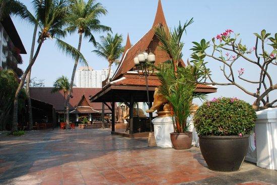 Anantara Riverside Bangkok Resort: one of the outdoor bars near the entrance to the pier