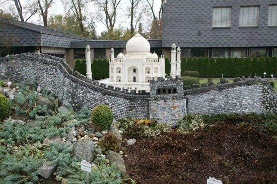 Minimundus: Great wall of China and Taj Mahal of India