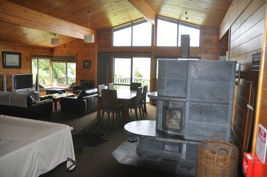Koura Lodge: le coin salle à manger et cheminée