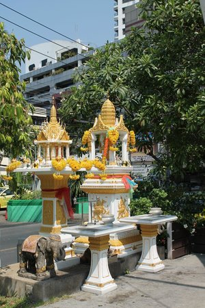 ibis Bangkok Sathorn: Temple in premises