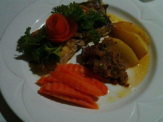 Sunset Shores Beach Hotel Restaurant: Fresh grilled fish, locally grown vegetables