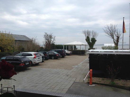 Strandhotel Blankenese: Parkplatz vor dem Hotel