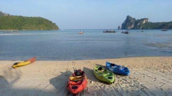 Phi Phi Island Cabana Hotel : Dalum bay beyond hotel pool