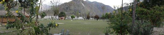 WelcomHeritage Corbett Ramganga Resort: lawn