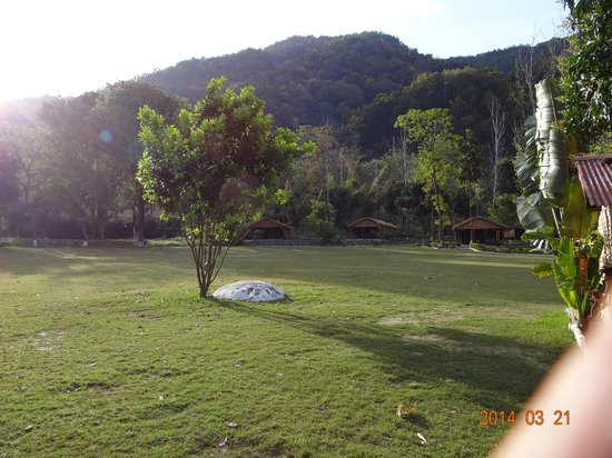 WelcomHeritage Corbett Ramganga Resort: Lawn in front of room