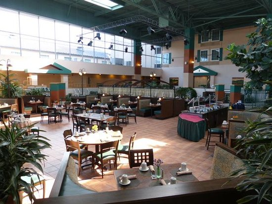 Crowne Plaza Hotel Cincinnati Blue Ash: restaurant for breakfast
