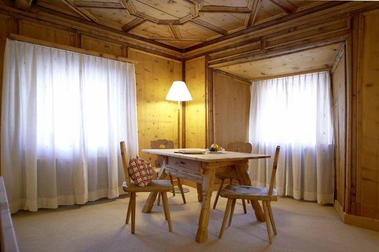 Hotel ENGIADINA: Zimmer im Haupthaus mit Engadiner Ambiente