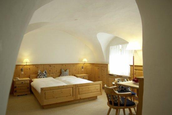 Hotel ENGIADINA: Das Gewölbezimmer im Haupthaus