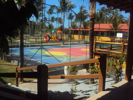 Porto Seguro Praia Resort: Quadra de Jogos e ao fundo espaço infantil