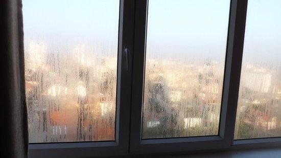 Gold Hotel Hue: 1.Zimmer,Ist das normal solche nassen Fenster,der ganze Raum war so