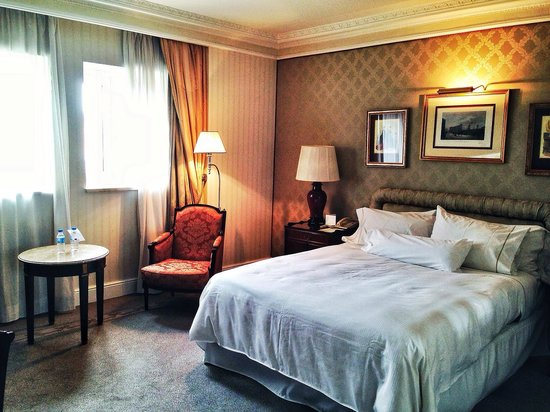 The Westin Palace Madrid: Large room, lovely view.