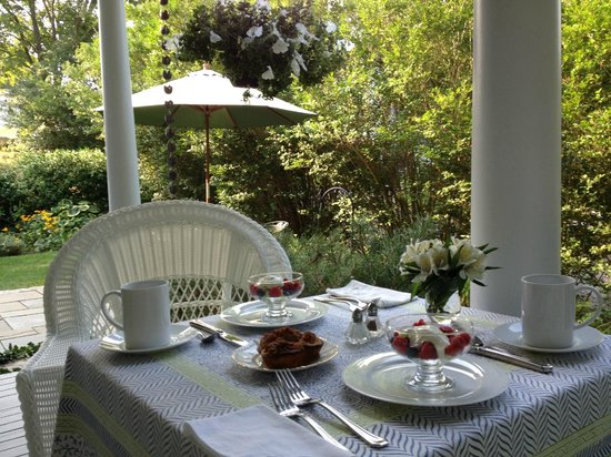 Beech Tree B&B: Breakfast on the porch