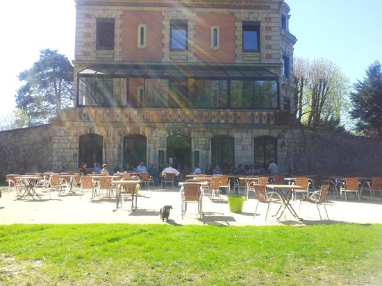 Le Château des Arènes : la terrasse du restaurant