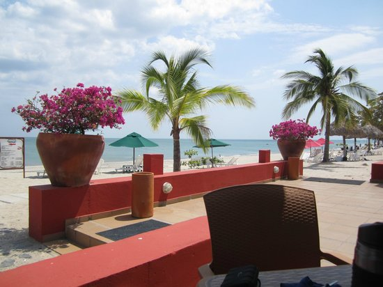 Royal Decameron Beach Resort, Golf & Casino : lunch at beach restaurant