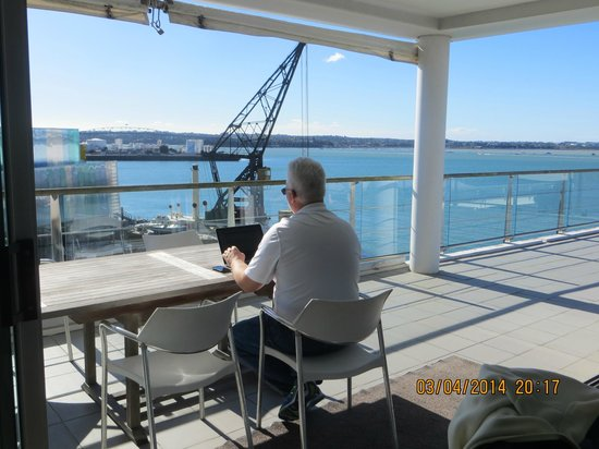 Auckland Waterfront Serviced Apartments : More deck with view of harbor