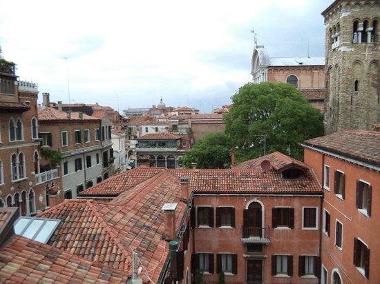 Hotel Paganelli: вид с террасы отеля на внутренний двор