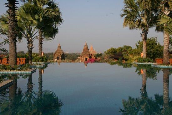 Aureum Palace Hotel & Resort Bagan : Vista desde el restaurante frente a la piscina