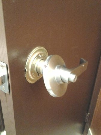 Doubletree Cleveland Downtown / Lakeside: Broken Bathroom Door Handle