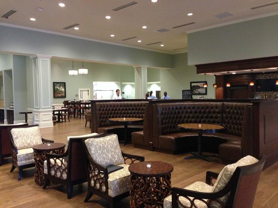 Embassy Suites by Hilton Savannah : Bar Area