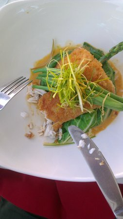 Naru Restaurant and Lounge : macademia crusted catch of the day