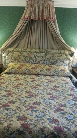 Abbeyglen Castle Hotel : Big beds