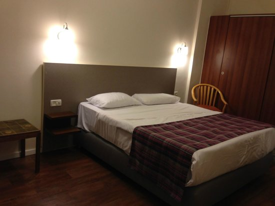 St. Andrew's Scots House Hotel: large double bed, closets