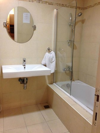 St. Andrew's Scottish Guesthouse: Bathroom - basic but clean