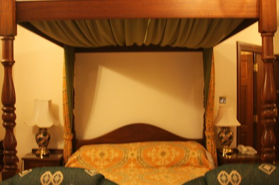 Abbeyglen Castle Hotel : Four Poster Bed