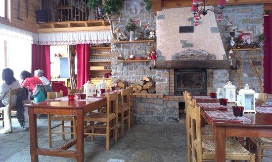 La Cabane : Salle de restaurant un midi