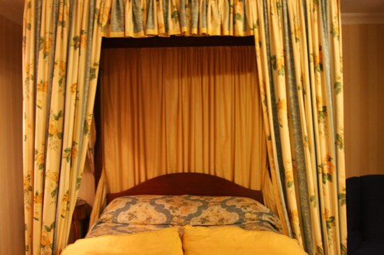 Abbeyglen Castle Hotel : Canopy Bed