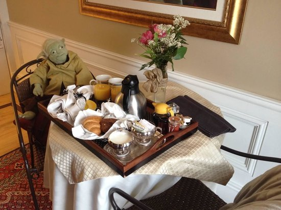 Park Place Bed & Breakfast: Even Yoda enjoyed breakfast :)