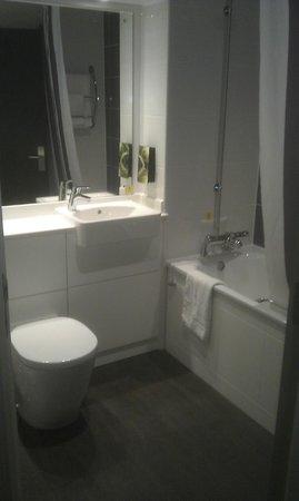 Premier Inn London Heathrow Airport (M4/J4) Hotel : M4/J4 Bathroom