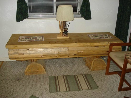 Bear Cove Inn: Coffee table in room