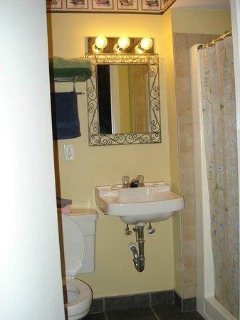 Bear Cove Inn: Bathroom-small but cute
