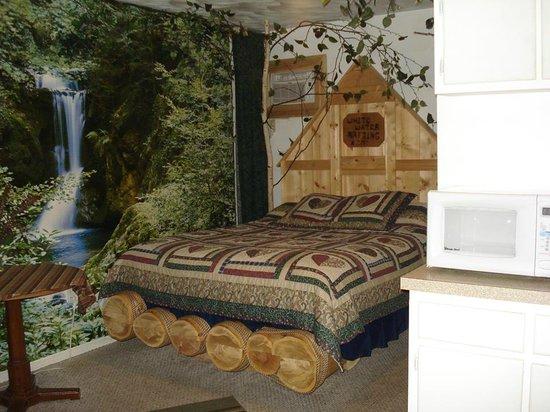 Bear Cove Inn: Cute bed