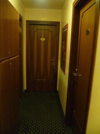 Hotel Commercio & Pellegrino: pasillos