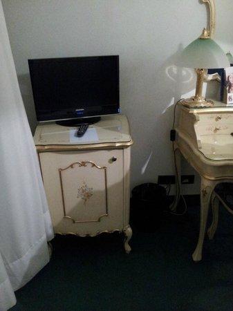 Hotel Commercio & Pellegrino : hermosos muebles en la habitacion