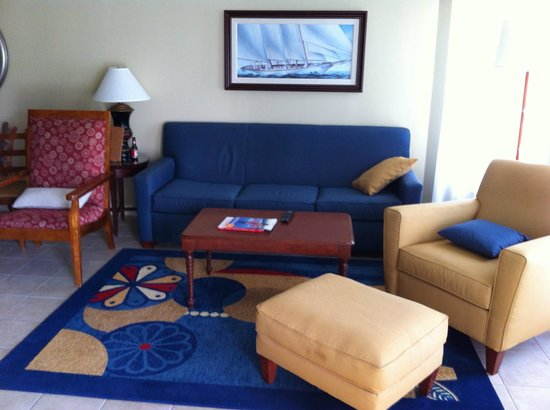 Marriott's Aruba Surf Club: Living area, after being lived in for a week :)