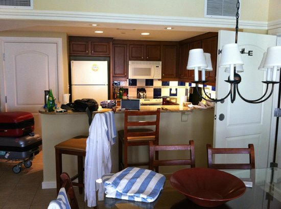Marriott's Aruba Surf Club: Open concept living/dining ... yep shoulda cleaned up!
