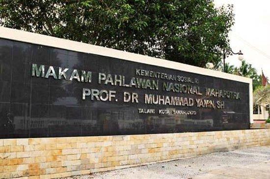 Sawahlunto, إندونيسيا: Dinding Makam Muhammad Yamin