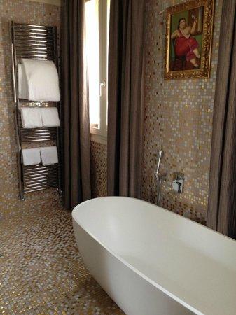 Hotel Moresco: Our lovely bathroom