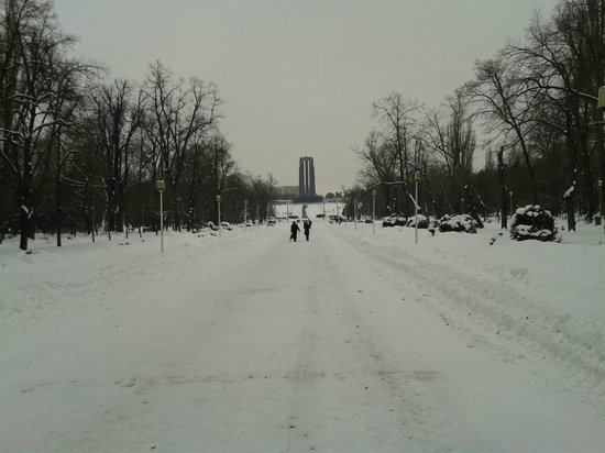 Carol Park (Liberty Park): The long walk to the monument.