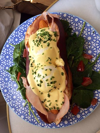 Cup and Cake Barcelona: Simply put: So So Good!!!!  Eggs Benedict hot dog!