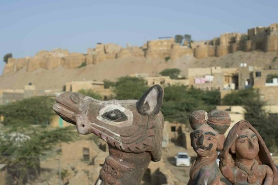 Hotel Jaisalmer Palace : Zicht op het fort vanop het dakterras
