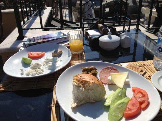 Hotel Alp Guesthouse: Breakfast on the terrace