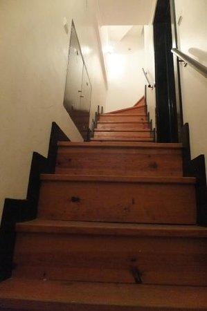 Casa Do Carmo : les marches menant au deuxieme etage pour atteindre l'appart de 4