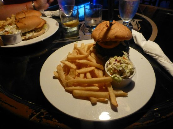 The Blue Room Sports Bar & Grill : burger heaven