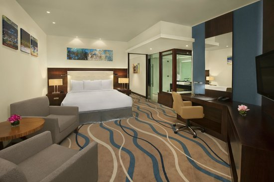 DoubleTree by Hilton Hotel & Residences Dubai - Al Barsha: One Bedroom Suite Mater Bedroom